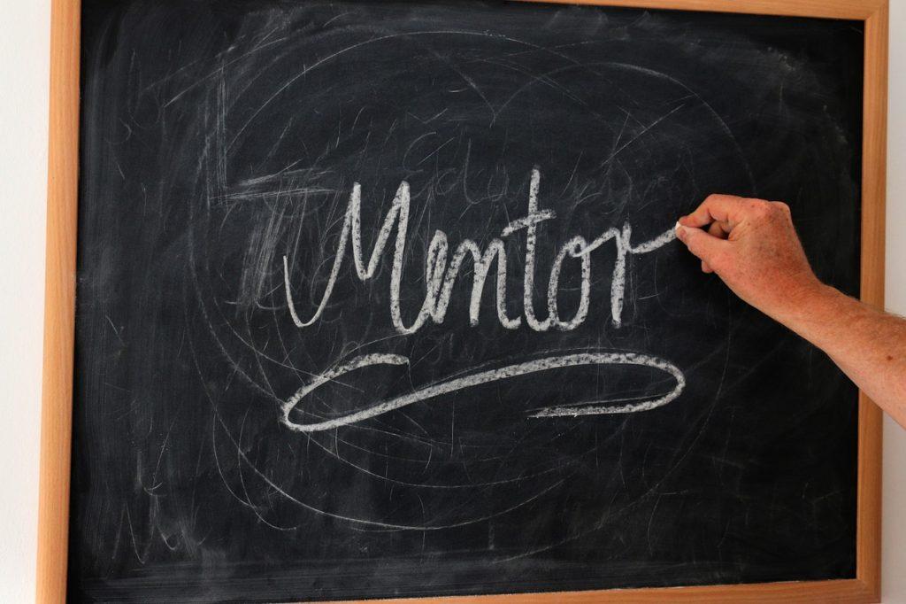Pizarra con la palabra Mentor escrita en tiza
